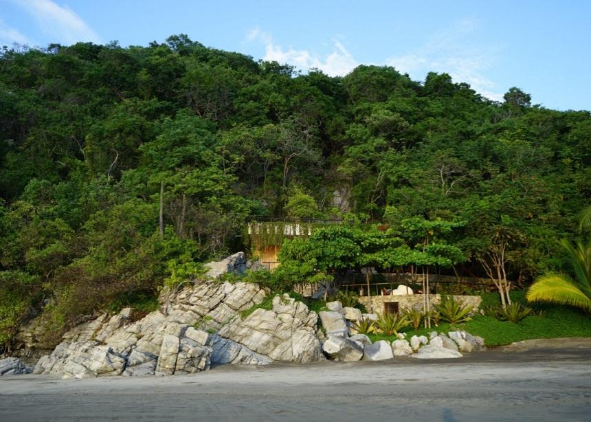 "SJA III: Η iconic μονοκατοικία που ""βυθίζεται"" στο εσωτερικό ενός παραθαλάσσιου βράχου | tlife.gr"
