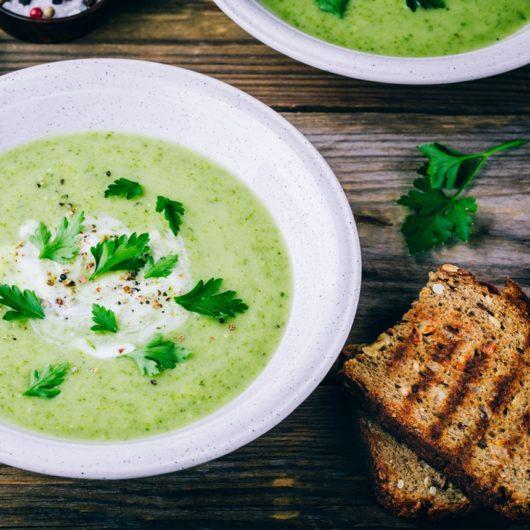 Βελουτέ σούπα με αγγούρι και αρακά | tlife.gr