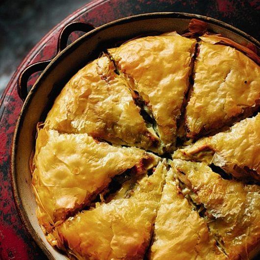 Παραδοσιακή κοτόπιτα με γευστικά κρεμμύδια και τρυφερό κοτόπουλο | tlife.gr