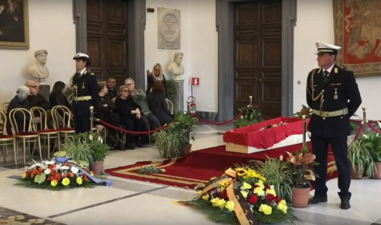Μπερτολούτσι: Σε λαϊκό προσκύνημα η σορός του διάσημου Ιταλού σκηνοθέτη [pics, Video] | tlife.gr