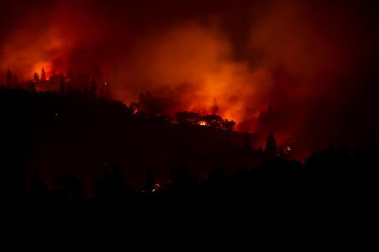 Συγκλονίζει κάμεραμαν που είναι κυκλωμένος απ' τις φλόγες στην Καλιφόρνια – Video [pics] | tlife.gr