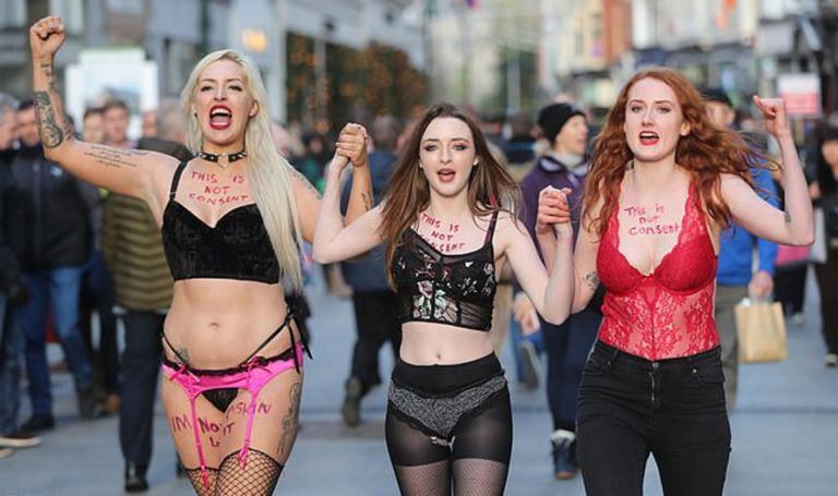 Γυναίκες βγήκαν ημίγυμνες στους δρόμους σε ένδειξη διαμαρτυρίας!   tlife.gr