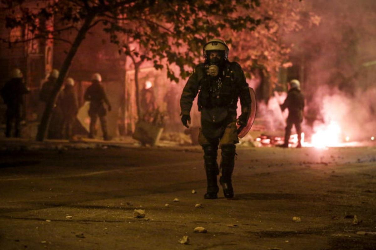 Πολεμικό τοπίο στο κέντρο της Αθήνας μετά την πορεία για το Πολυτεχνείο [pics] | tlife.gr
