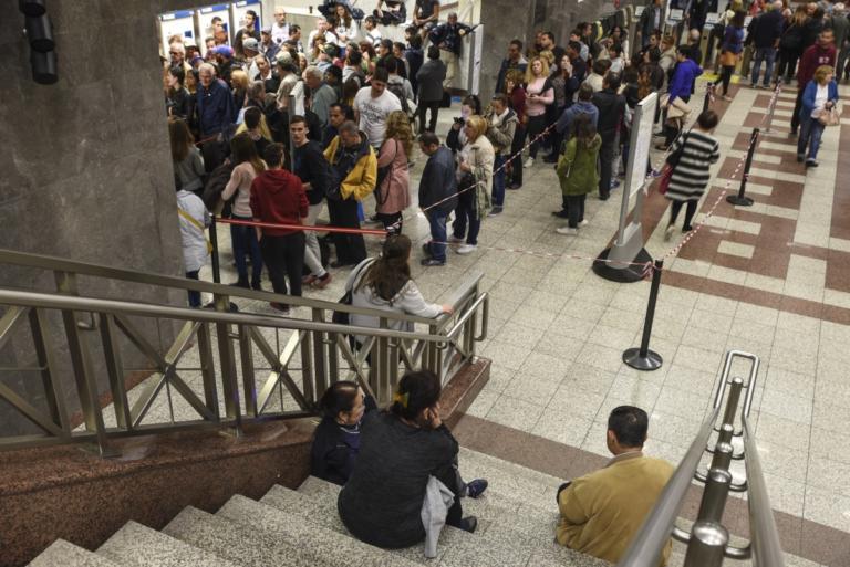 Καθυστερήσεις, ουρές και ταλαιπωρία στο Μετρό καταγγέλλουν οι επιβάτες | tlife.gr