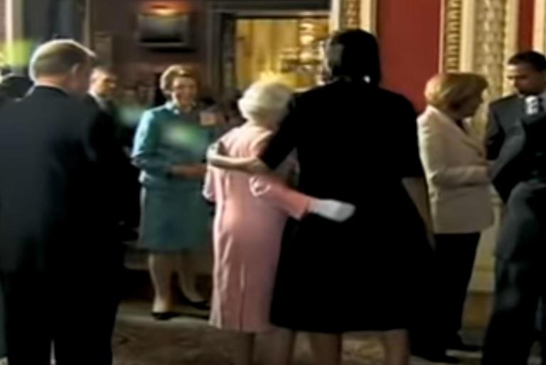 Μισέλ Ομπάμα: Ο απίστευτος διάλογος με την Βασίλισσα Ελισάβετ – Γιατί έσπασε το πρωτόκολλο | tlife.gr