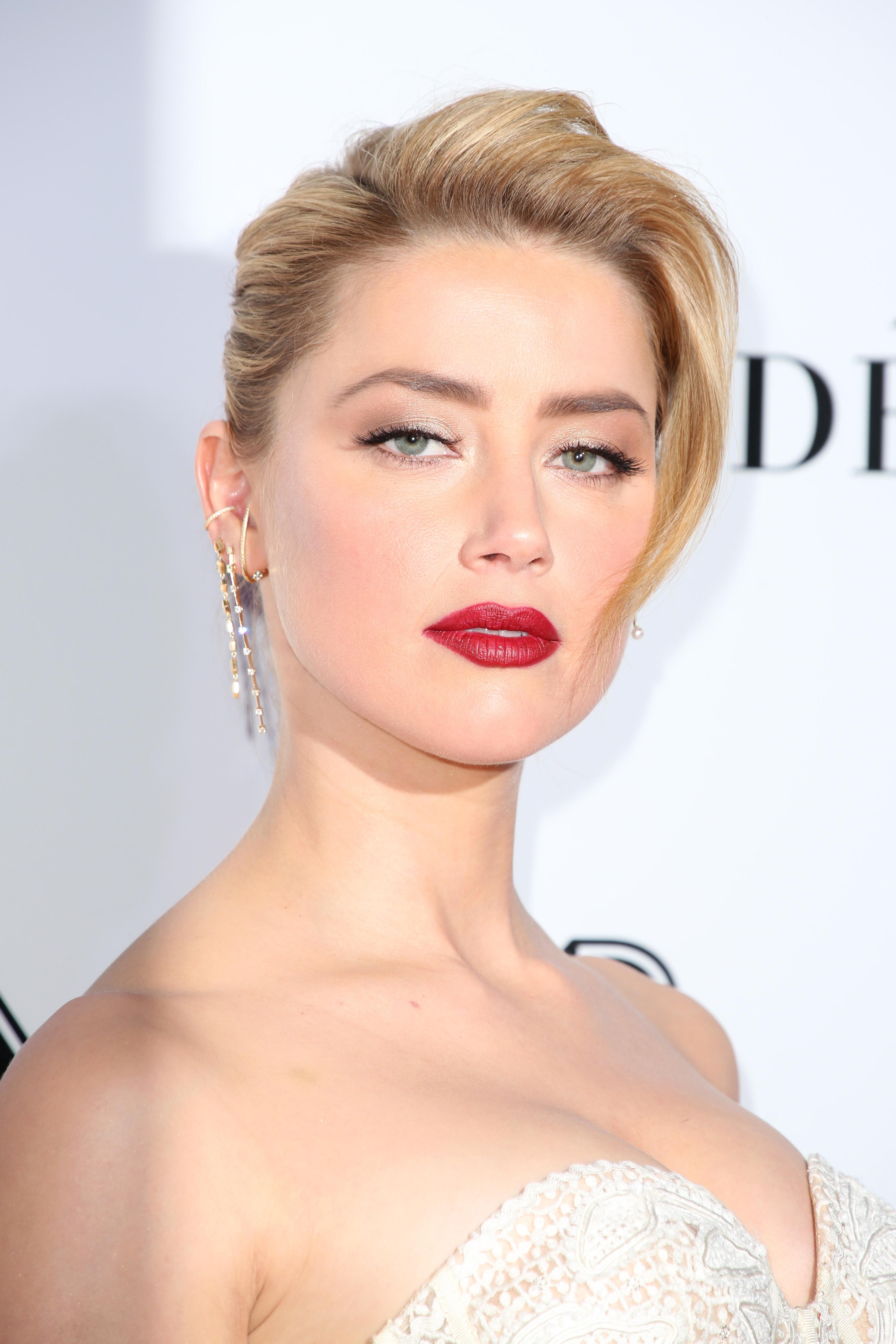 Η Amber Heard εμφανίστηκε σε πρεμιέρα με σκουφάκι κολύμβησης!