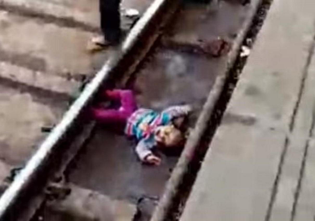 Ινδία: Σοκ! Τραίνο περνά πάνω από μωρό που έπεσε στις ράγες! video | tlife.gr