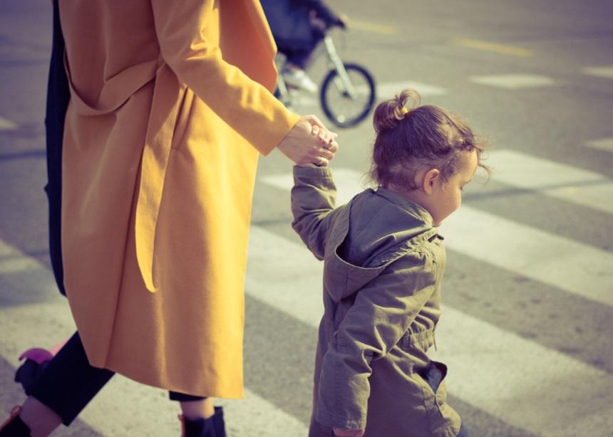 5 τρόποι να διασκεδάσεις με τα παιδιά αν θέλεις να αποφύγεις την… φρενίτιδα του Black Friday | tlife.gr