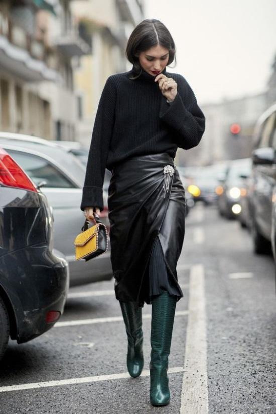 0a7b89fdd4b7 Μία midi leather φούστα είναι τέλεια για μία celeb εμφάνιση συνδυασμένη με  το αγαπημένο σου μαύρο πουλόβερ. Εδώ την διαφορά θα κάνει ένα ζευγάρι  leather ...