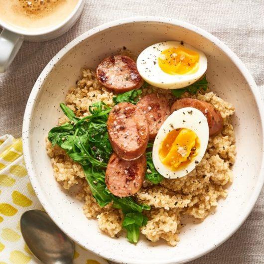 Πρωινό grain bowl με λουκάνικο κοτόπουλου και αυγό   tlife.gr