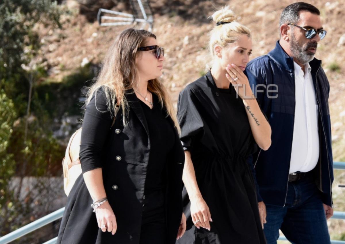 Το τελευταίο αντίο στον Γιάννη Μακρή: Συντετριμμένη η Βικτώρια Καρύδα στην εκκλησία | tlife.gr