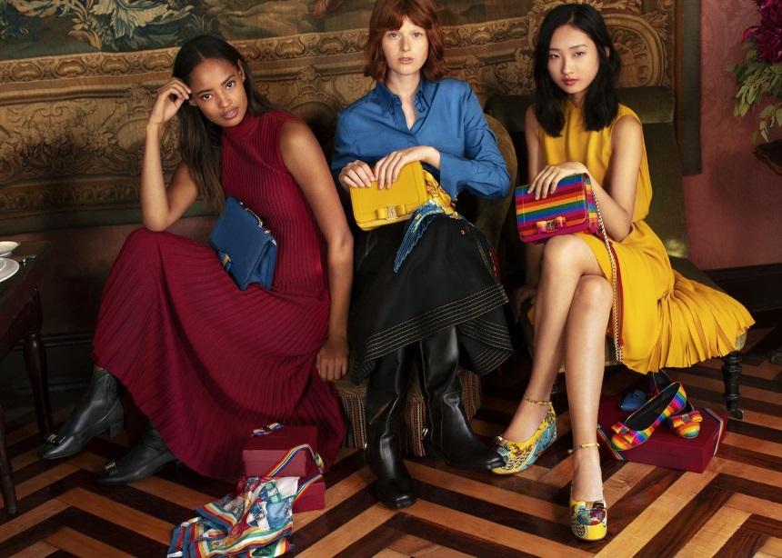 Ο Salvatore Ferragamo δημιούργησε για πρώτη φορά μια holiday campaign με πολύ χρώμα και prints