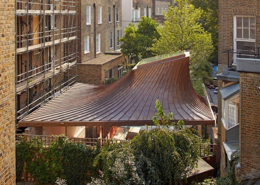 "House in a Garden: Αυτή η συναρπαστική μονοκατοικία στο Notting Hill ""παίζει"" με το φως και το σκοτάδι | tlife.gr"