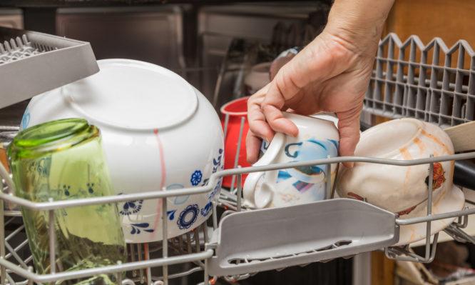 Πώς να κάνεις εσωτερικό καθαρισμό και απολύμανση στο πλυντήριο πιάτων [vid] | tlife.gr