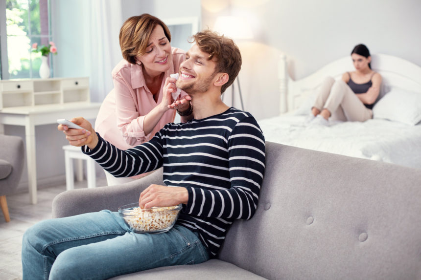 Τι να κάνεις αν ο σύντροφός σου είναι… «μαμάκιας»! | tlife.gr
