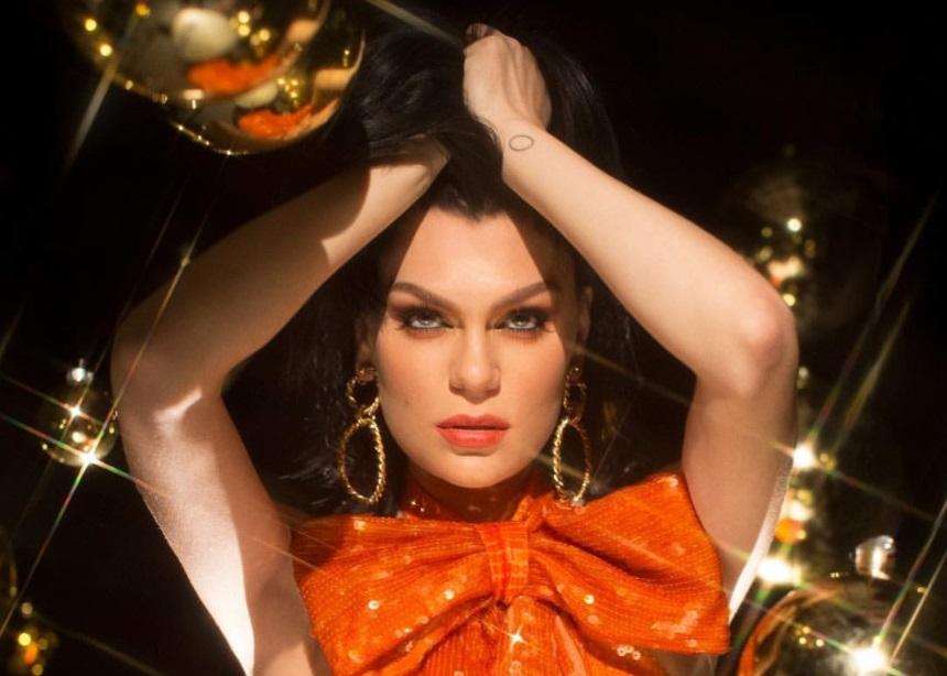 Η Jessie J είναι σε Χριστουγεννιάτικο mood και φοράει Celia Kritharioti Couture
