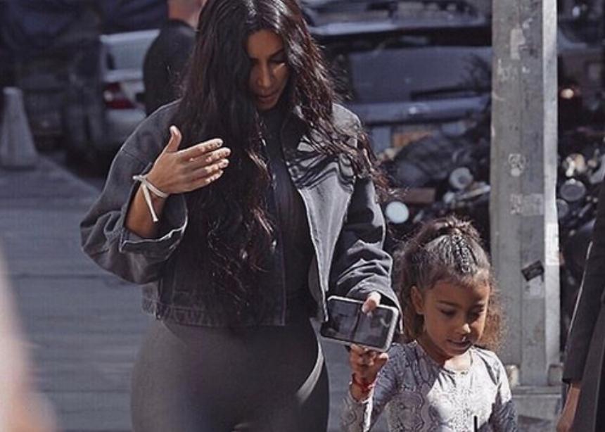 Η κόρη της Kim Kardashian έκανε μακιγιάζ στη μαμά της αλλά τα πράγματα δεν πήγαν και πολύ καλά! | tlife.gr