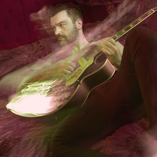 Ο Κωνσταντίνος Καζάκος «ροκάρει» live με τη μπάντα του! | tlife.gr