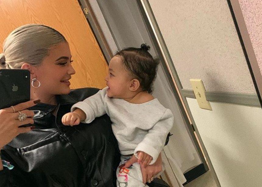 Η Kylie Jenner μαθαίνει στην κόρη της να λέει Kylie Cosmetics! Βίντεο! | tlife.gr