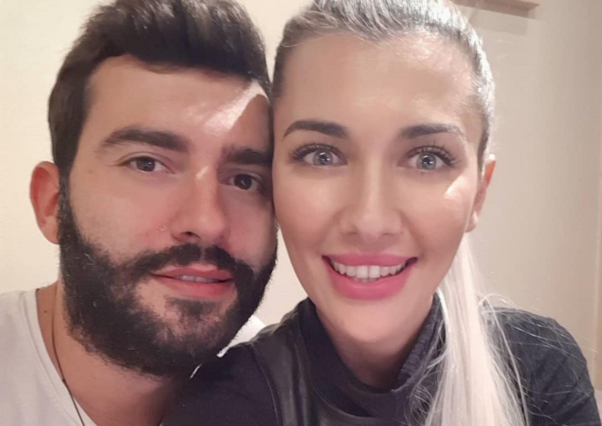 O Θοδωρής Μισόκαλος είναι full in love: Το τρυφερό φιλί στη σύντροφό του!   tlife.gr