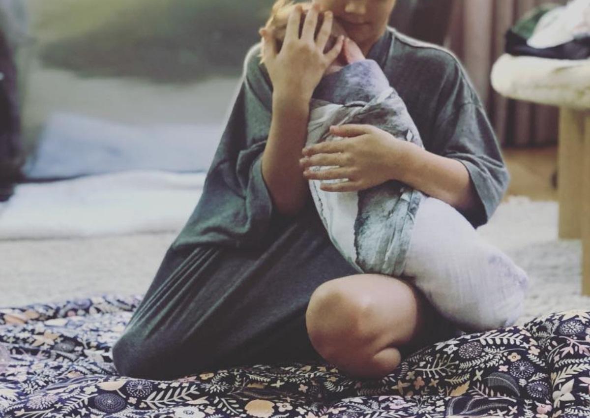Φωτογράφισε τον 6χρονο γιο της να κρατά αγκαλιά τη νεογέννητη αδερφή του! | tlife.gr