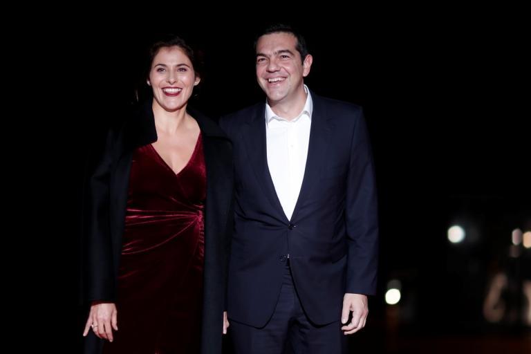 Μπέτυ Μπαζιάνα: Αποθεώνει την «glamorous» εμφάνισή της η Daily Mail!   tlife.gr