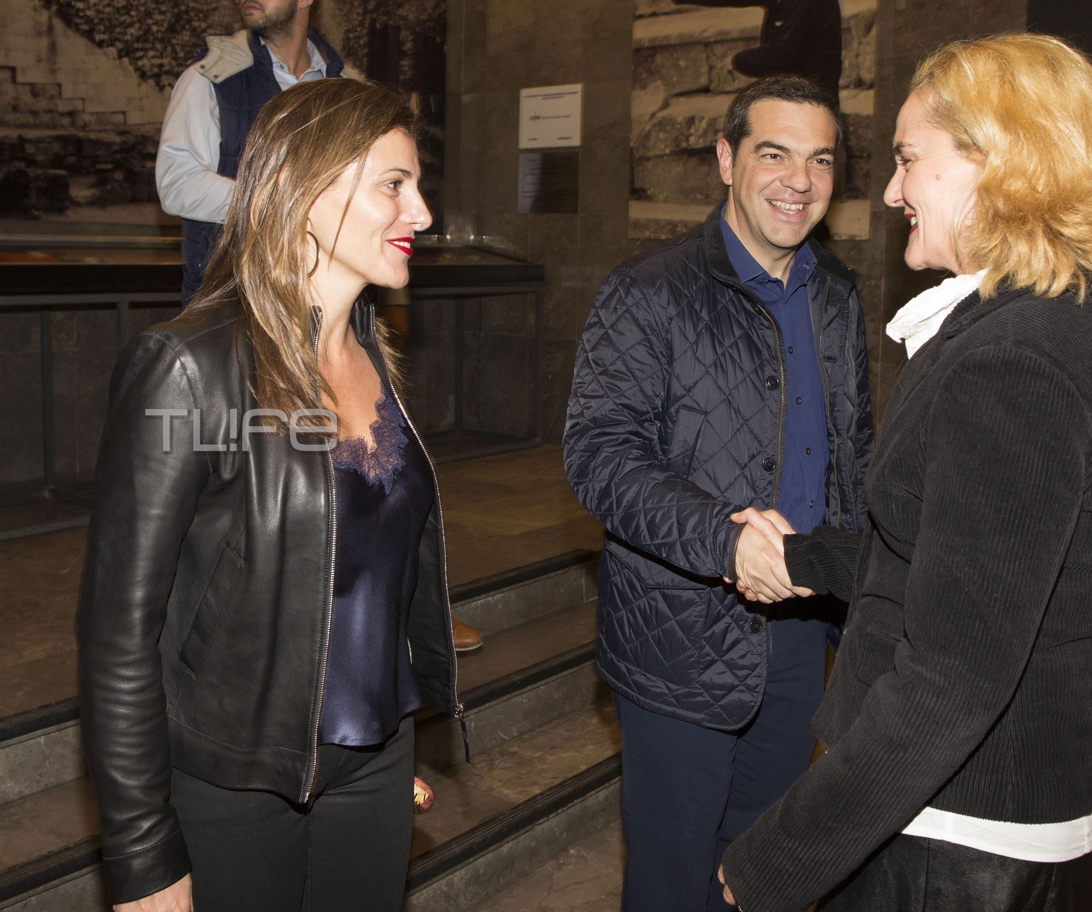 Αλέξης Τσίπρας – Μπέττυ Μπαζιάνα: Με casual look στο θέατρο! Φωτογραφίες | tlife.gr