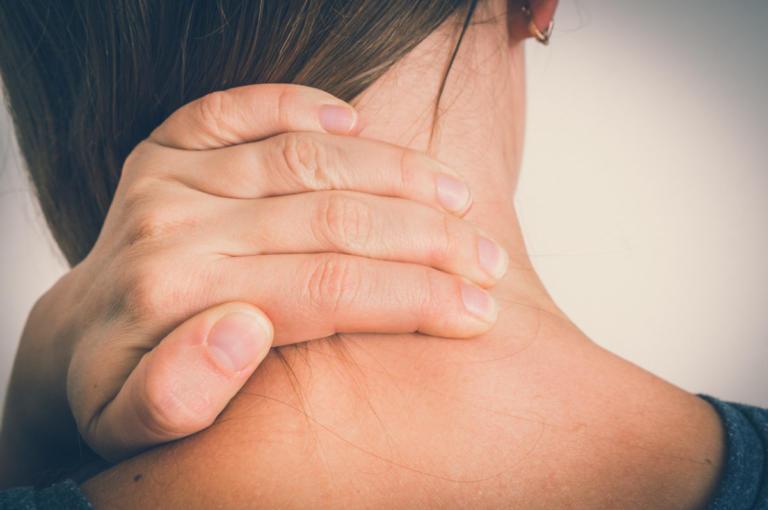Πόνος στον αυχένα: Δύο γιατροσόφια για άμεση ανακούφιση | tlife.gr