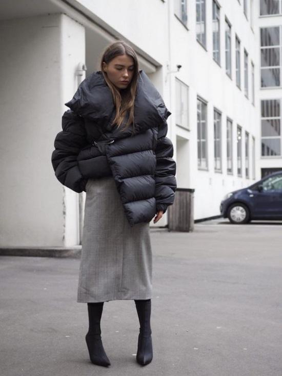 Με μία midi φούστα οπακ καλσόν για είσαι ζεστή και sock booties έχεις ένα  άψογο city look με το πιο ζεστό πανωφόρι που έχεις τώρα στην ντουλάπα σου. dc6771cb3de