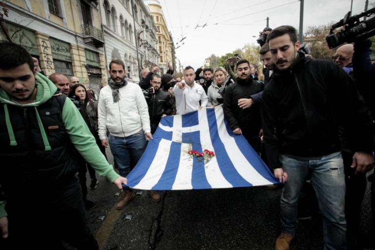 Επέτειος Πολυτεχνείου –  Σε ήρεμο κλίμα η πορεία με την αιματοβαμμένη σημαία | tlife.gr