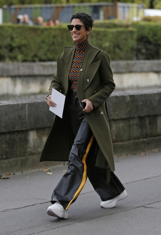 Παρίσι με δερμάτινο παντελόνι   tlife.gr