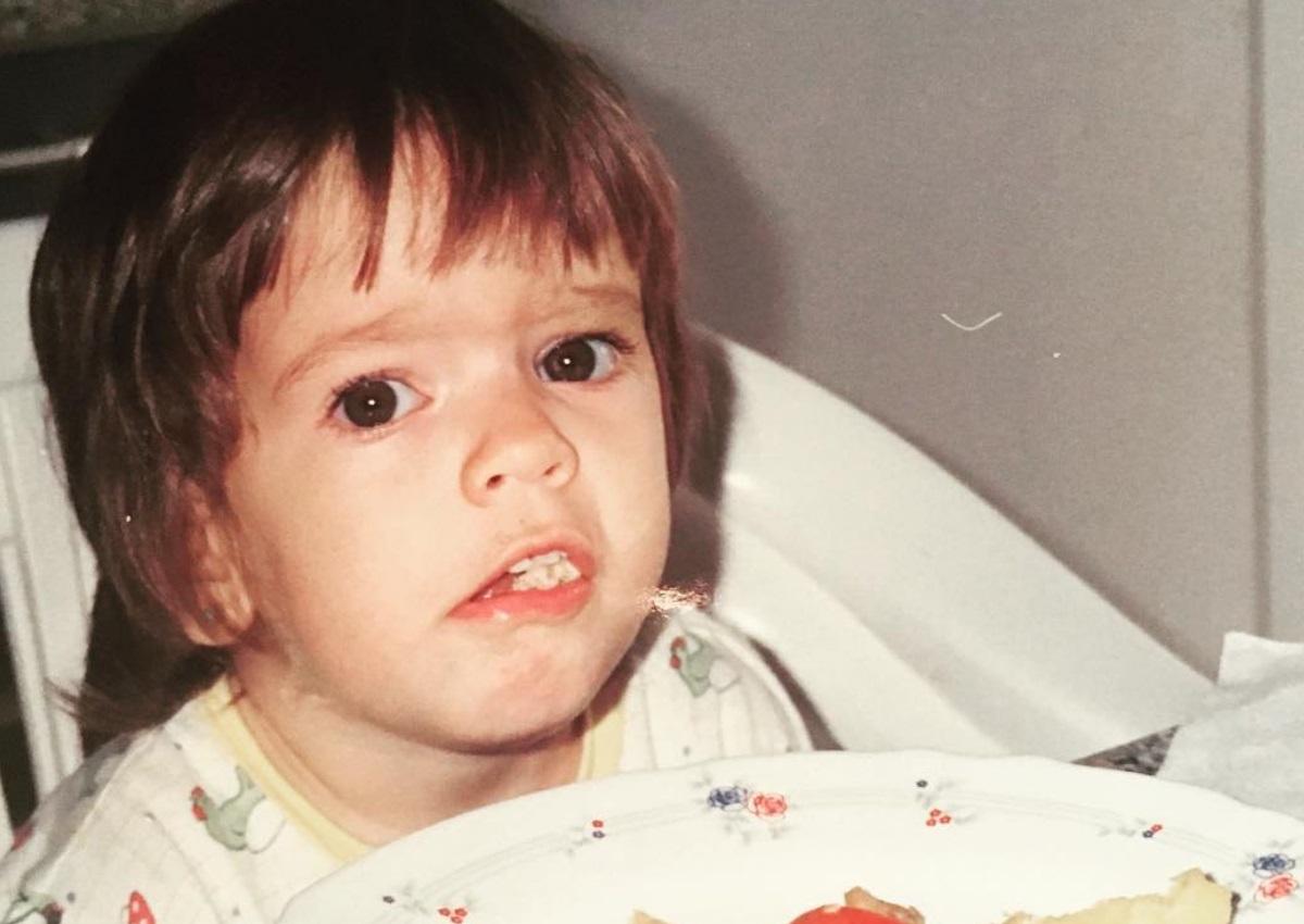 Αναγνωρίζεις το κοριτσάκι της φωτογραφίας; Σήμερα είναι ηθοποιός και πρώην παίκτρια του Nomads! | tlife.gr
