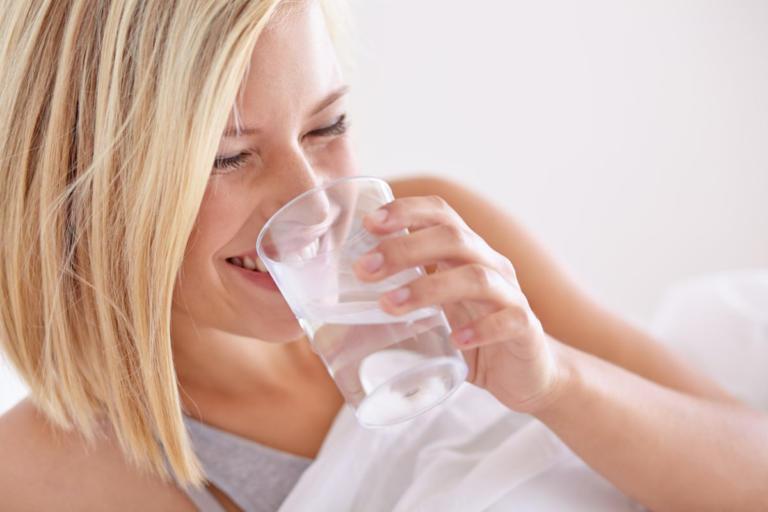 Τι συμβαίνει στο σώμα αν πίνετε νερό με άδειο στομάχι μόλις ξυπνάτε | tlife.gr