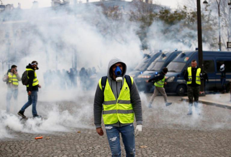 """Πεδίο μάχης το Παρίσι – Συλλήψεις και δακρυγόνα ενάντια στα """"κίτρινα γιλέκα"""" [pics – video]   tlife.gr"""