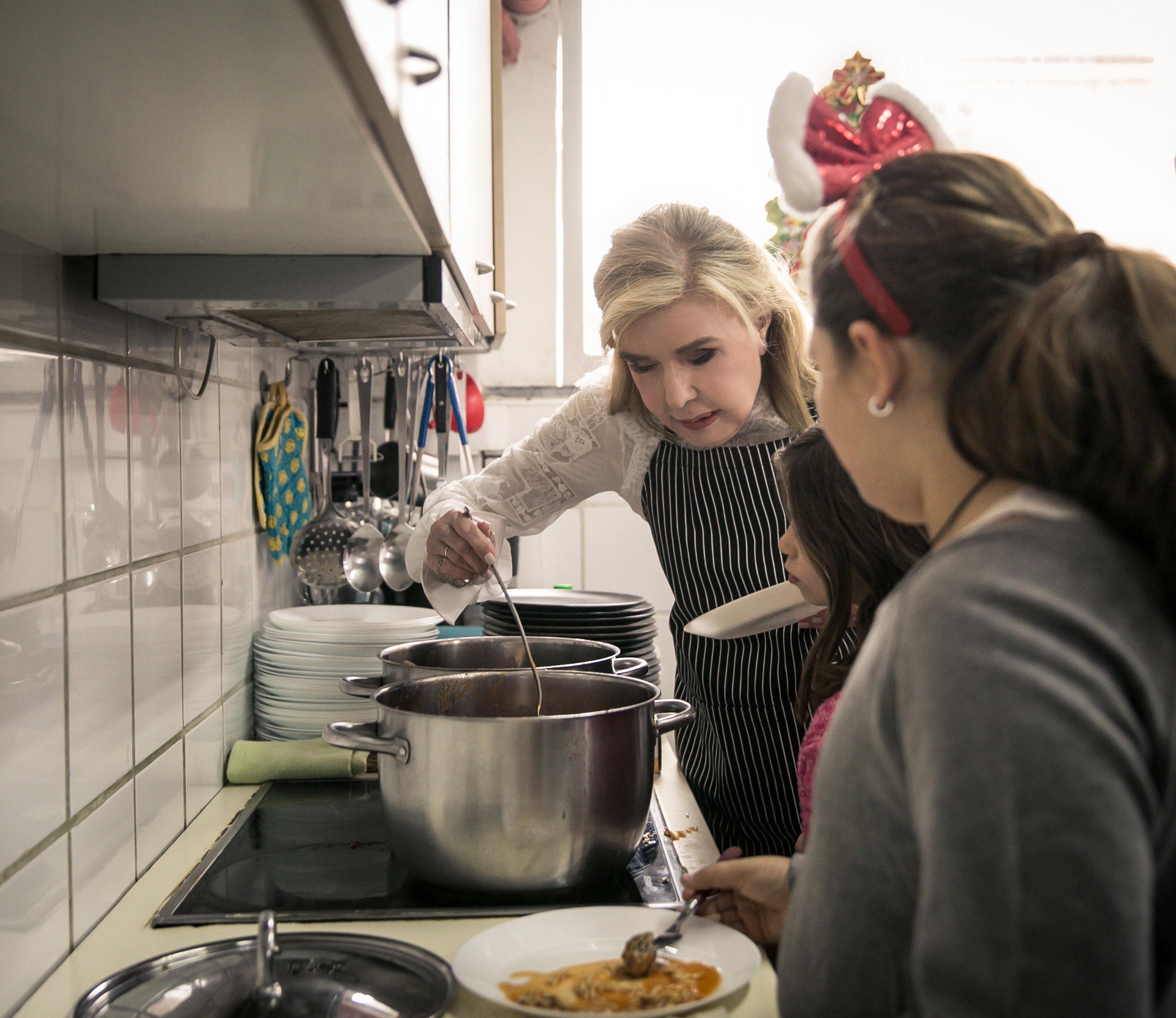 Μαριάννα Βαρδινογιάννη: Το ζεστό γεύμα αγάπης που ετοίμασε για τα παιδιά της Νίκαιας! [pics] | tlife.gr