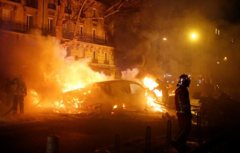 """Φλέγεται το Παρίσι – 80 τραυματίες – Τουλάχιστον 205 συλλήψεις διαδηλωτών με """"Κίτρινα Γιλέκα"""" – Video   tlife.gr"""