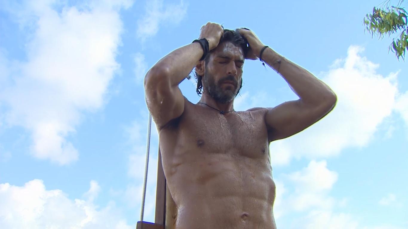 Nomads Μαδαγασκάρη: Ο Γιάννης Σπαλιάρας κάνει ντους ημίγυμνος και… κόβει ανάσες με το six pack του! [video] | tlife.gr