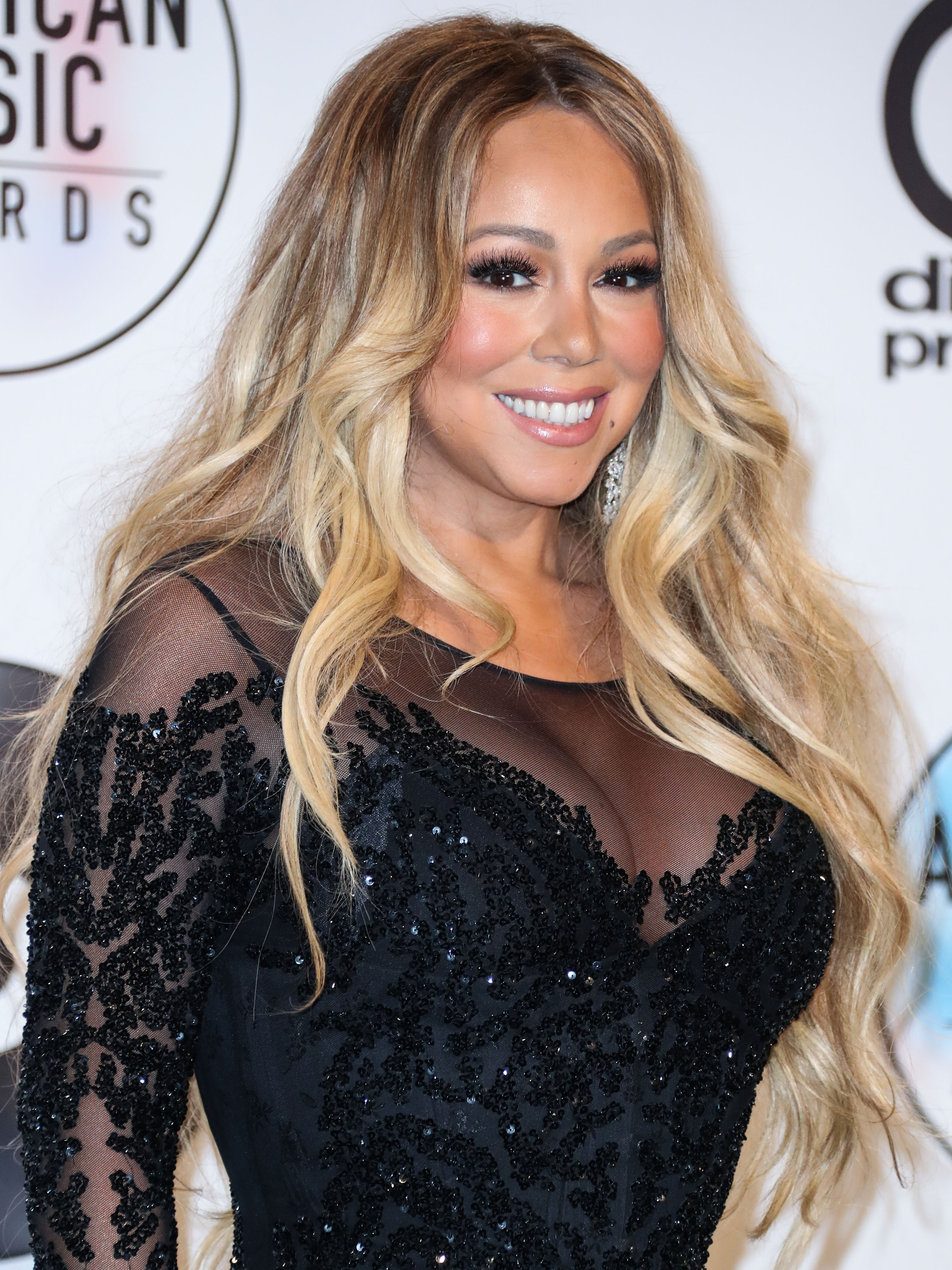 H Mariah Carey τραγουδάει το «All I want for Christmas» ενώ κάνει makeup και μαλλιά! | tlife.gr
