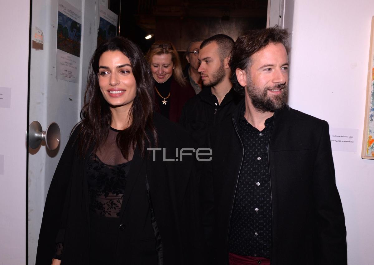 Κωστής Μαραβέγιας – Τόνια Σωτηροπούλου:  Η εντυπωσιακή εμφάνιση του ζευγαριού σε έκθεση ζωγραφικής!   tlife.gr