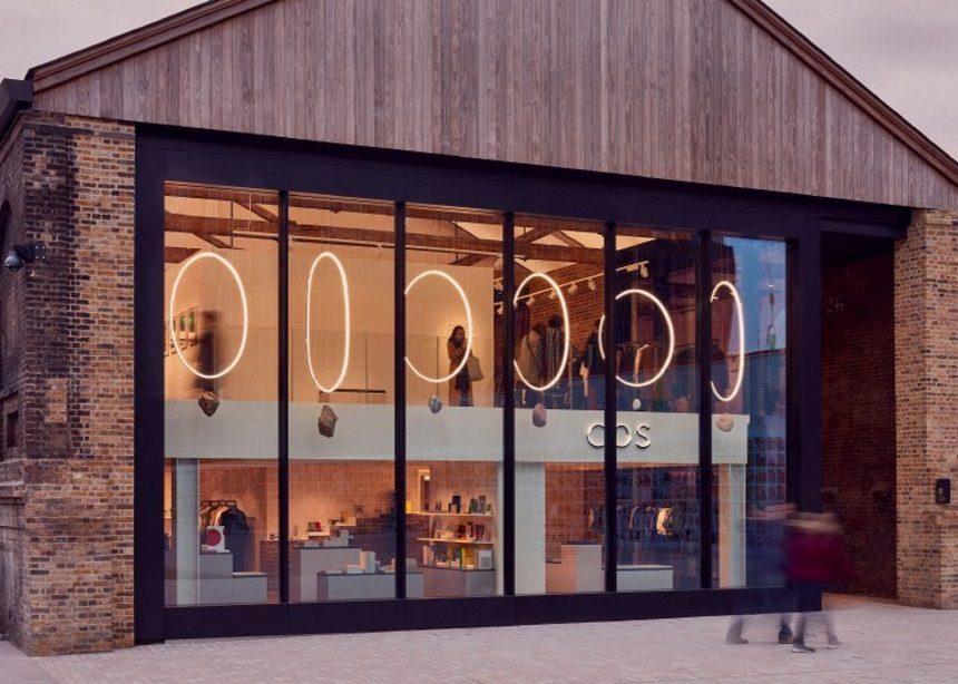 Orbits: Το εκπληκτικό φωτιστικό installation στο νέο κατάστημα της COS στο Λονδίνο | tlife.gr