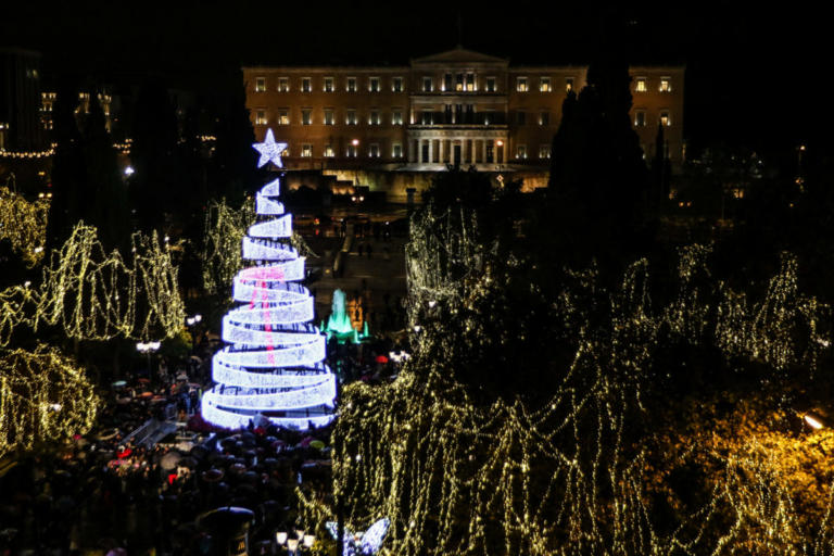 Φωταγωγήθηκε το χριστουγεννιάτικο δέντρο στην πλατεία Συντάγματος! [pics, video] | tlife.gr