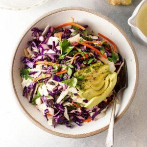 Σαλάτα με λάχανο, αβοκάντο, σταφίδες και ιδιαίτερο dressing