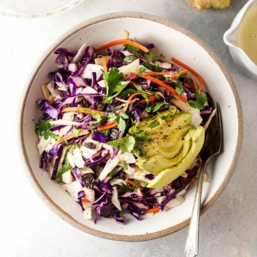Σαλάτα με λάχανο, αβοκάντο, σταφίδες και ιδιαίτερο dressing | tlife.gr