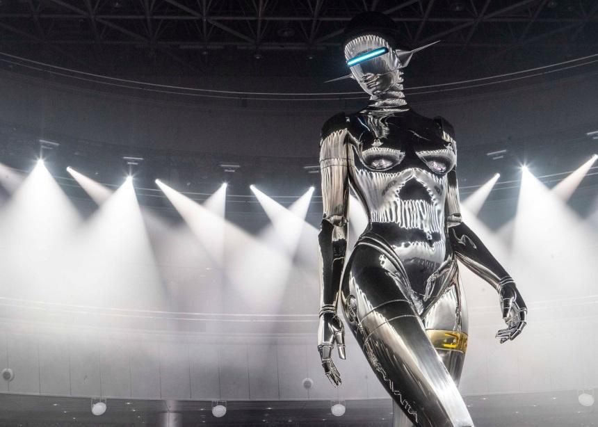 """Πώς φτιάχτηκε το ρετροφουτουριστικό fembot που """"έκλεψε"""" την παράσταση στο show του Dior;   tlife.gr"""