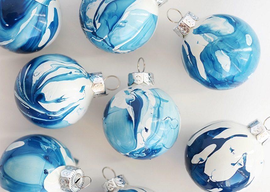Marbled: Πώς να φτιάξεις μόνη σου χριστουγεννιάτικες μπάλες με μαρμάρινο pattern   tlife.gr