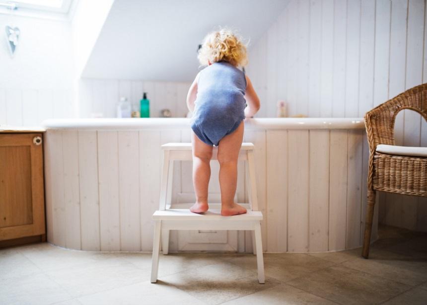 Ατυχήματα στο σπίτι: Ο γιατρός εξηγεί πώς μπορείς να προφυλάξεις τα παιδιά