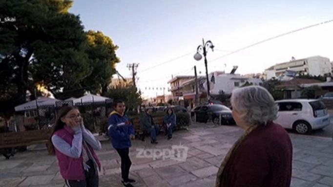Άρχισε να τους αγκαλιάζει η Ελένη Γερασιμίδου στη μέση της πλατείας στην Παλλήνη! | tlife.gr