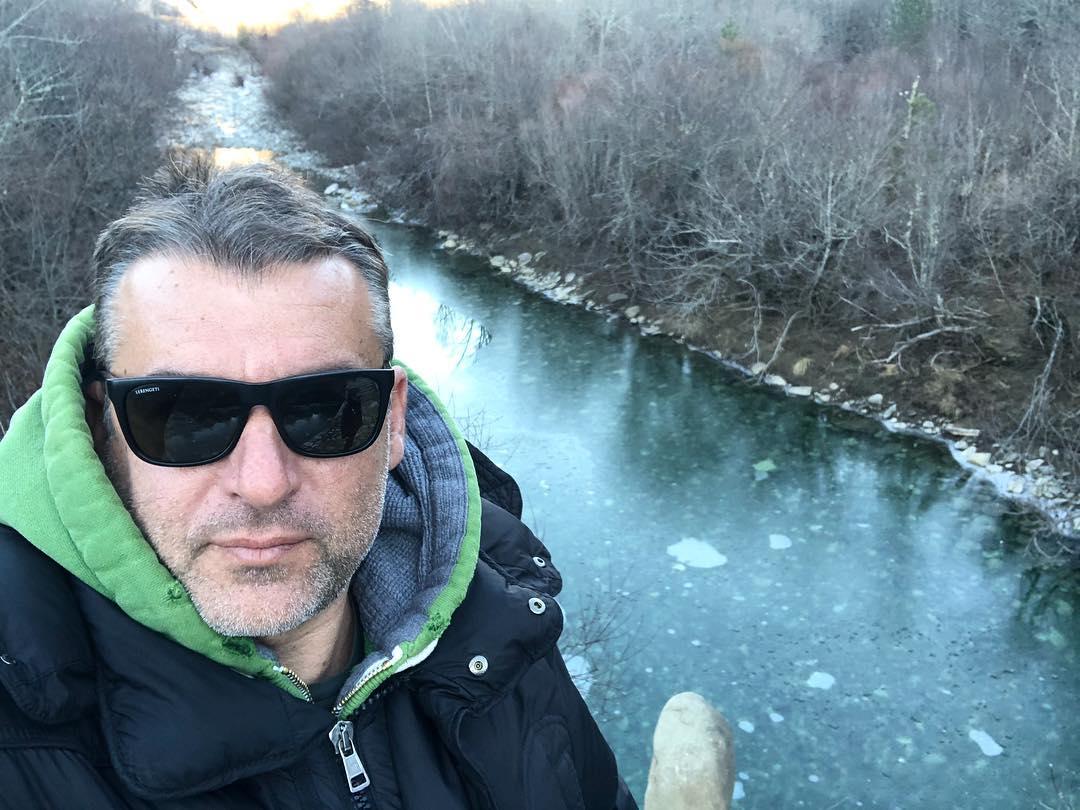 Γιώργος Λιάγκας: Ποζάρει μπροστά από έναν παγωμένο ποταμό! Πού κάνει χριστουγεννιάτικες διακοπές; [pics] | tlife.gr