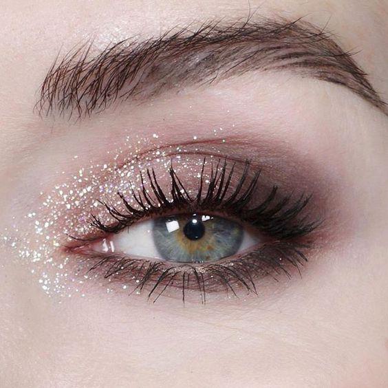 Το μυστικό για να μείνει η glittery σκιά στα μάτια σου όλο το βράδυ! | tlife.gr