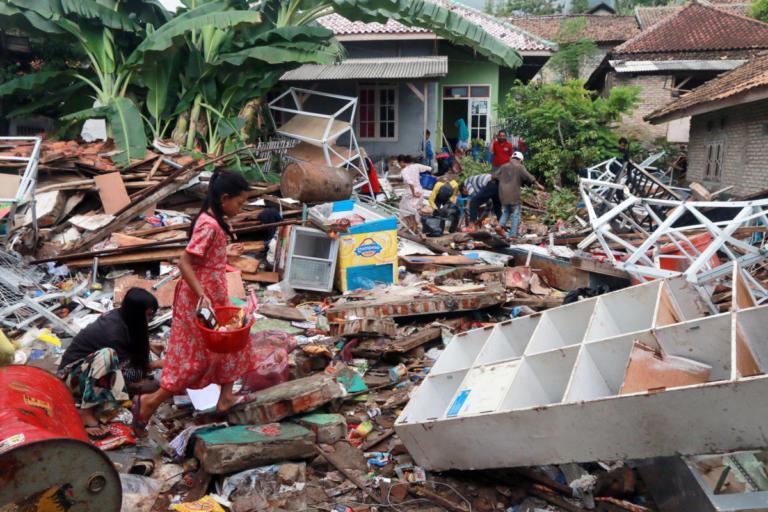 Τσουνάμι Ινδονησία: Δεν σταματούν να βρίσκουν πτώματα – 429 νεκροί και 1.485 τραυματίες | tlife.gr